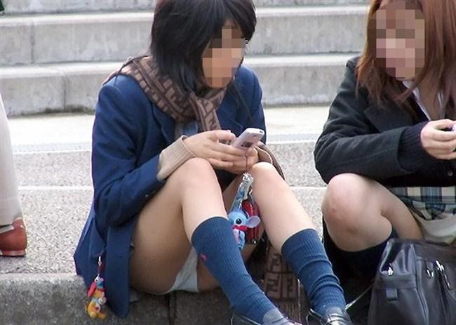 ミニスカJKが屋外でしゃがんだり座ったりすると必ずパンチラする法則www0011shikogin