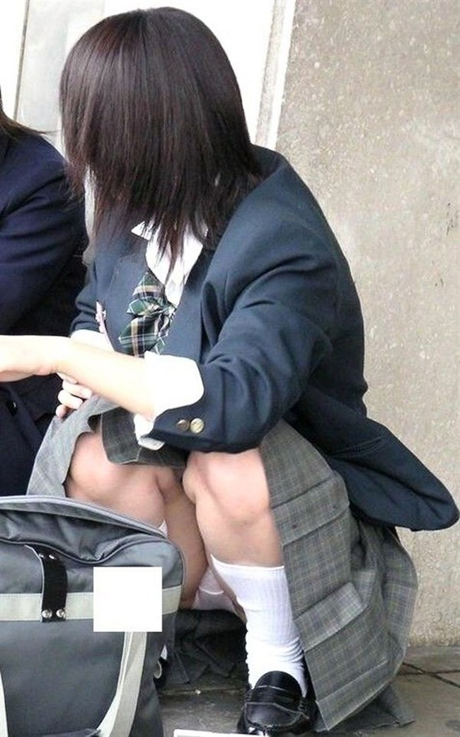 ミニスカJKが屋外でしゃがんだり座ったりすると必ずパンチラする法則www0016shikogin