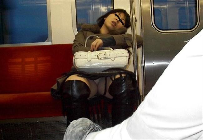 電車の対面シートで遭遇するラッキーパンチラwwwww0016shikogin