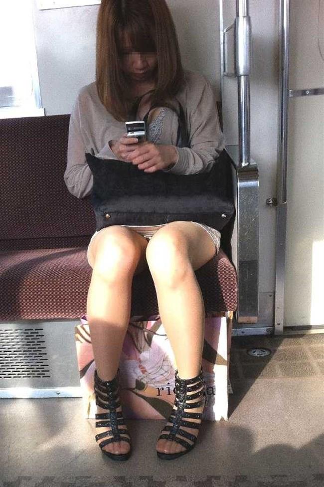 電車の対面シートで遭遇するラッキーパンチラwwwww0020shikogin
