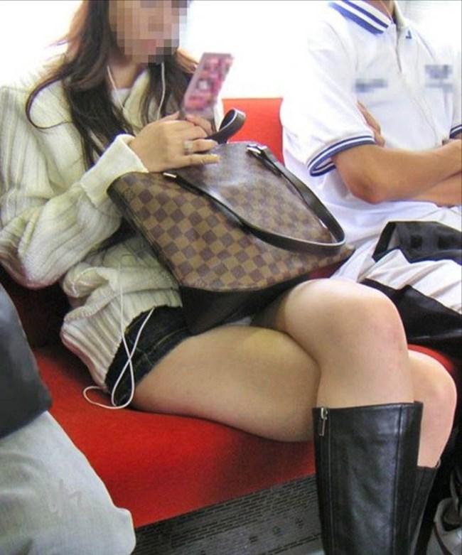 電車の対面シートで遭遇するラッキーパンチラwwwww0015shikogin