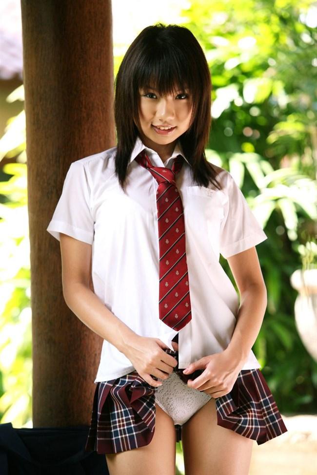制服JKがスカートをたくし上げパンティを見せてるくっそ興奮する画像www0003shikogin