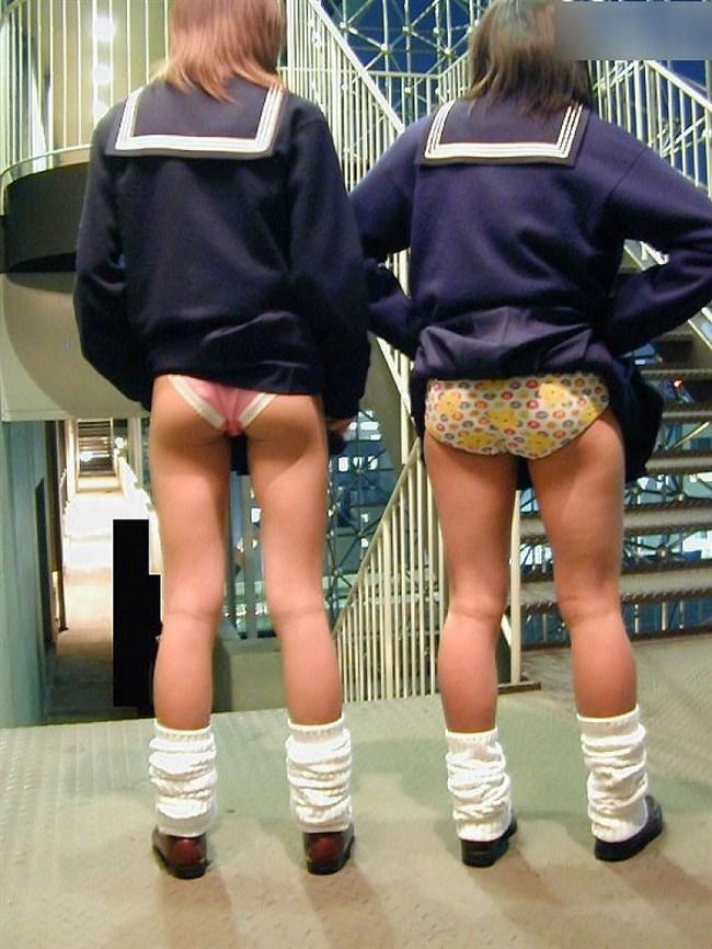 制服JKがスカートをたくし上げパンティを見せてるくっそ興奮する画像www0015shikogin