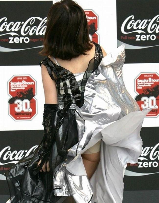 突風でスカートがめくれる!神アシストで見えたパンツは格別wwwww0007shikogin