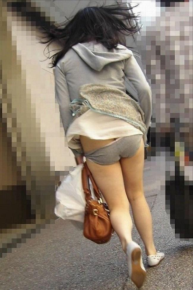 突風でスカートがめくれる!神アシストで見えたパンツは格別wwwww0017shikogin