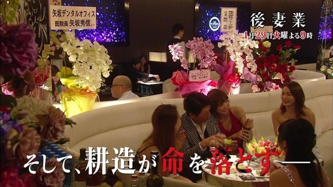 篠田麻里子~ドラマ後妻業での胸の谷間を見せたキャミ姿が超エロくて興奮!0002shikogin