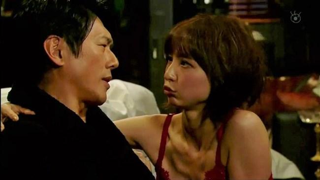 篠田麻里子~ドラマ後妻業での胸の谷間を見せたキャミ姿が超エロくて興奮!0004shikogin