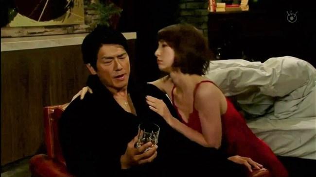 篠田麻里子~ドラマ後妻業での胸の谷間を見せたキャミ姿が超エロくて興奮!0013shikogin