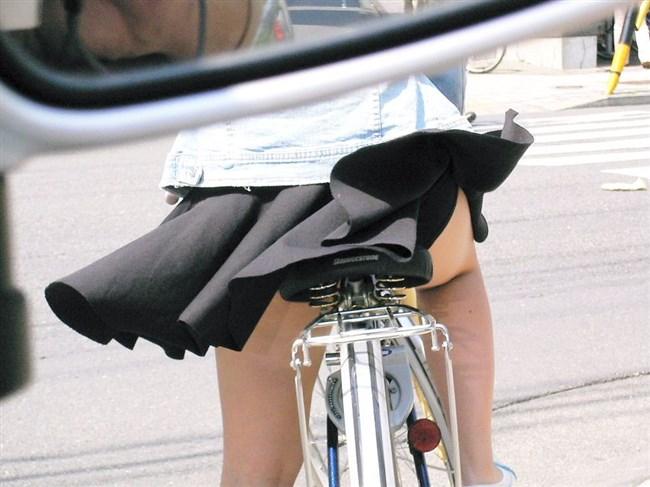 自転車に乗ってる女の子、ミニスカートがめくれて周囲にラッキーパンチラをサービスwww0002shikogin