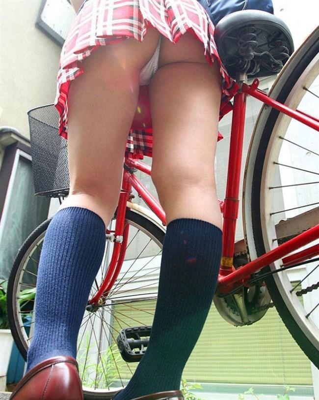 自転車に乗ってる女の子、ミニスカートがめくれて周囲にラッキーパンチラをサービスwww0005shikogin