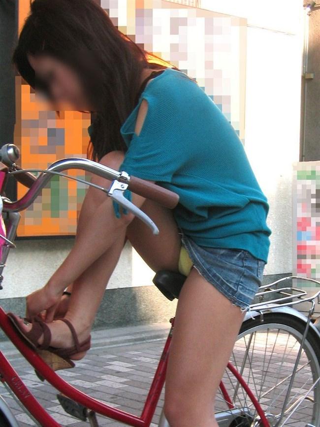 自転車に乗ってる女の子、ミニスカートがめくれて周囲にラッキーパンチラをサービスwww0006shikogin