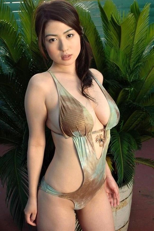 大胆にはみ出した乳房がえちえちな極小水着グラビアまとめwww0036shikogin