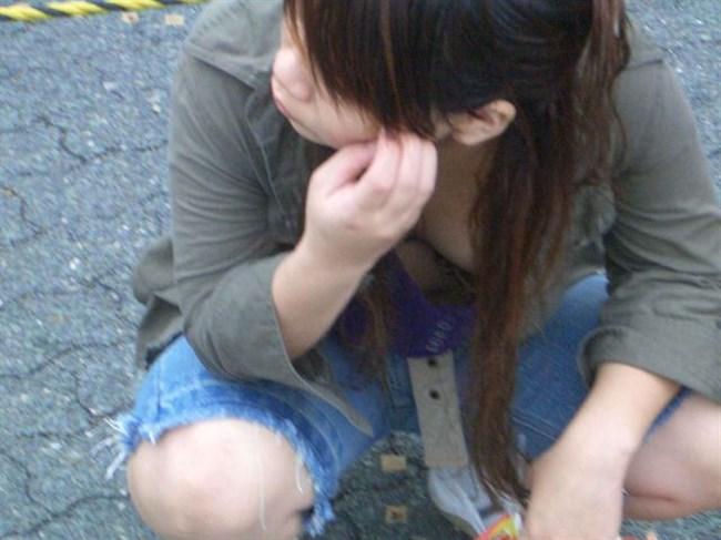 谷間ゆるゆるで胸チラさせ放題な若いママたちを盗撮wwwwww0009shikogin