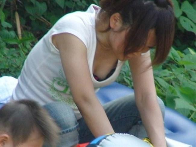 谷間ゆるゆるで胸チラさせ放題な若いママたちを盗撮wwwwww0016shikogin