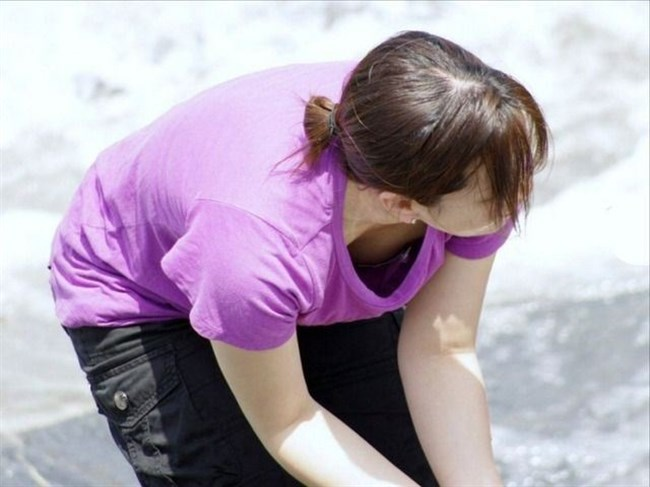谷間ゆるゆるで胸チラさせ放題な若いママたちを盗撮wwwwww0018shikogin