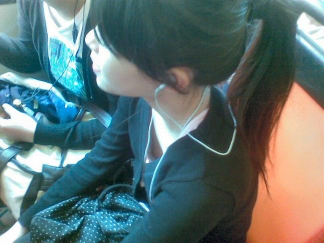 貧乳女子でも視線がいってしまう!胸チラの瞬間を激写www0012shikogin
