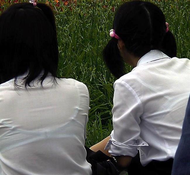 真夏、通り雨に打たれ透けブラを晒してるJKがえちえち過ぎwwww0013shikogin