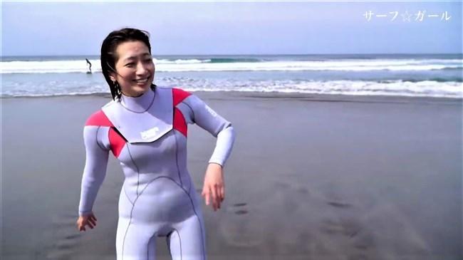笹崎里菜~サーフ☆ガールでのピタピタスウェットでヘソまで浮き出てる!0002shikogin