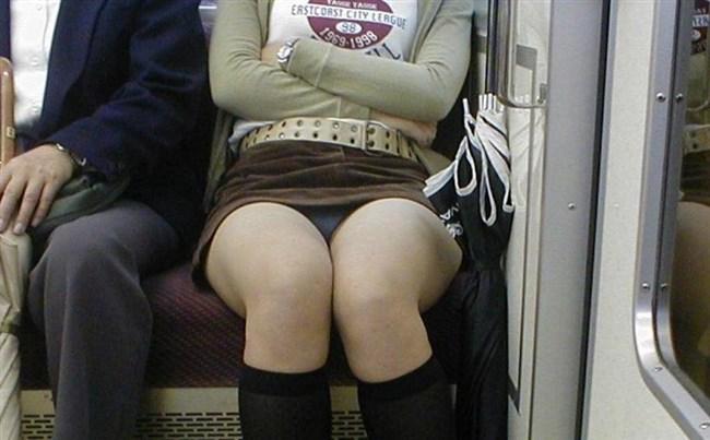 電車の対面座席に座るミニスカ女子が素でパンチラサービスしてしまう幸運wwwww0007shikogin