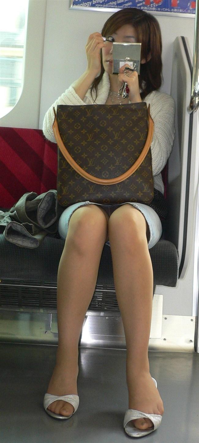 電車の対面座席に座るミニスカ女子が素でパンチラサービスしてしまう幸運wwwww0012shikogin