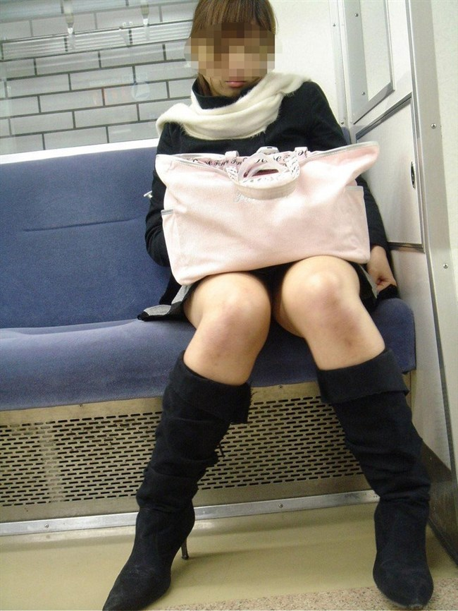 電車の対面座席に座るミニスカ女子が素でパンチラサービスしてしまう幸運wwwww0013shikogin