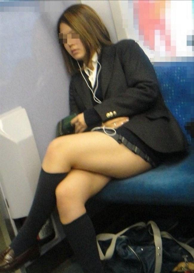 電車の対面座席に座るミニスカ女子が素でパンチラサービスしてしまう幸運wwwww0014shikogin