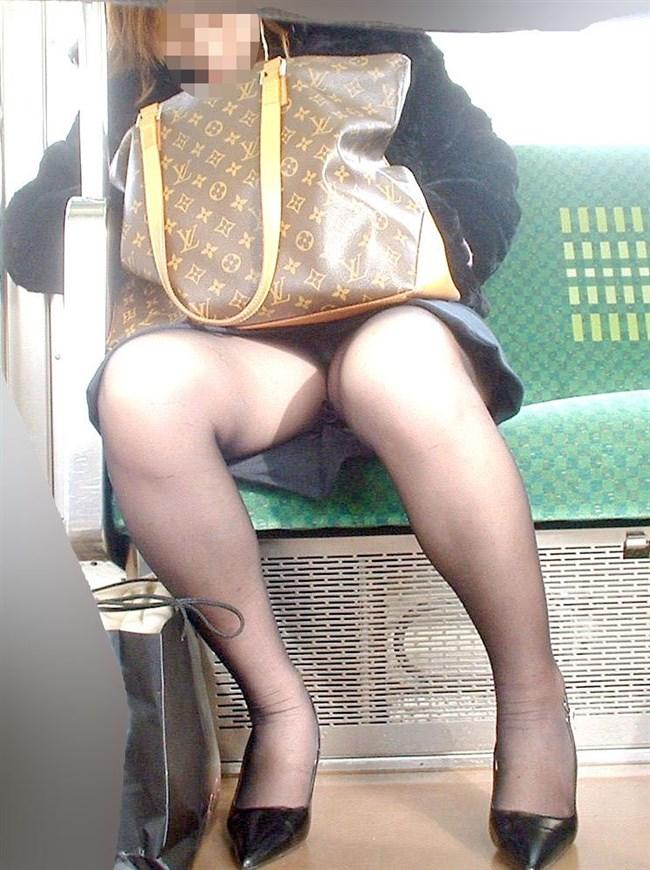 電車の対面座席に座るミニスカ女子が素でパンチラサービスしてしまう幸運wwwww0015shikogin