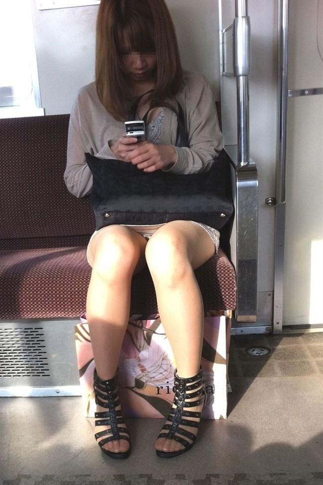 電車の対面座席に座るミニスカ女子が素でパンチラサービスしてしまう幸運wwwww0016shikogin
