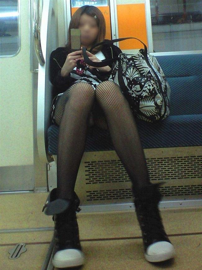 電車の対面座席に座るミニスカ女子が素でパンチラサービスしてしまう幸運wwwww0002shikogin