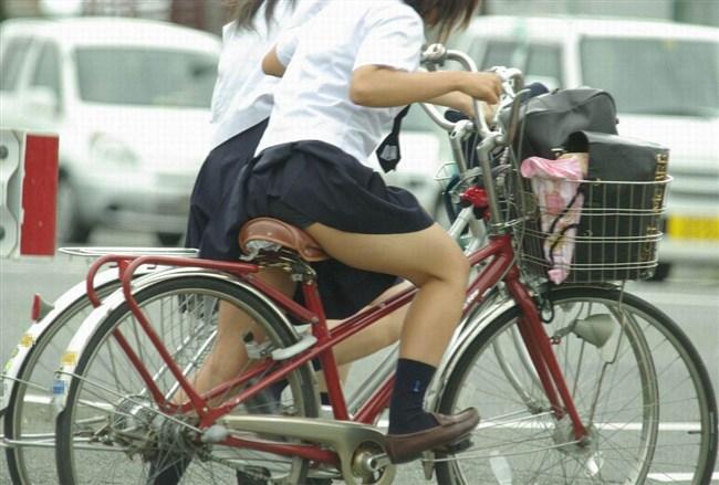 自転車にまたがることで太ももが更に露出してるJKの姿がハレンチ過ぎwwww0004shikogin