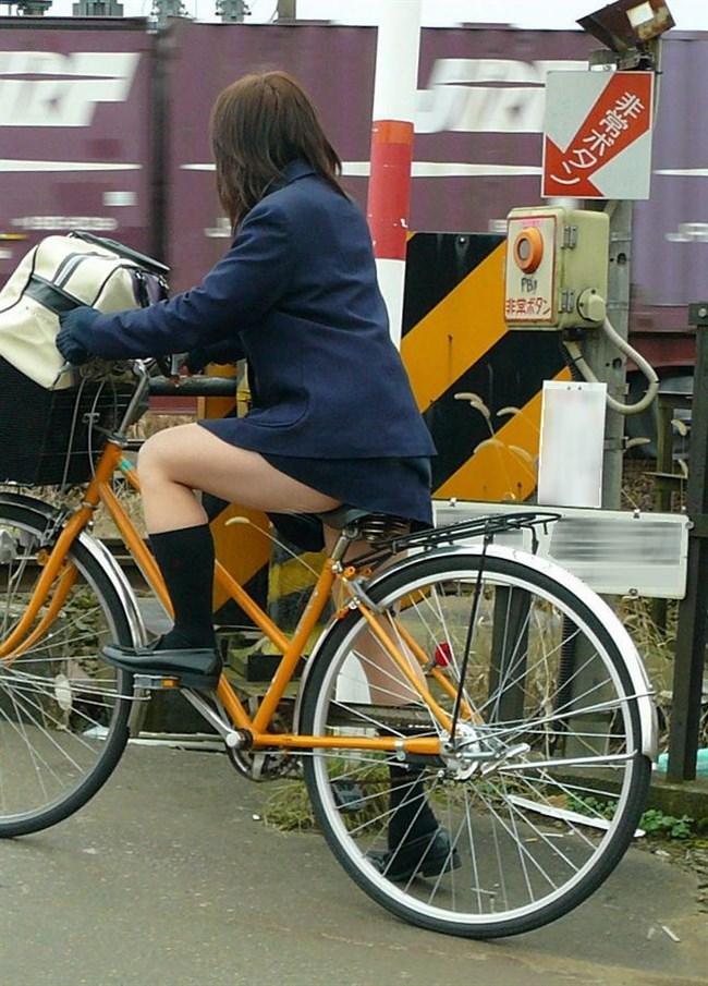 自転車にまたがることで太ももが更に露出してるJKの姿がハレンチ過ぎwwww0005shikogin