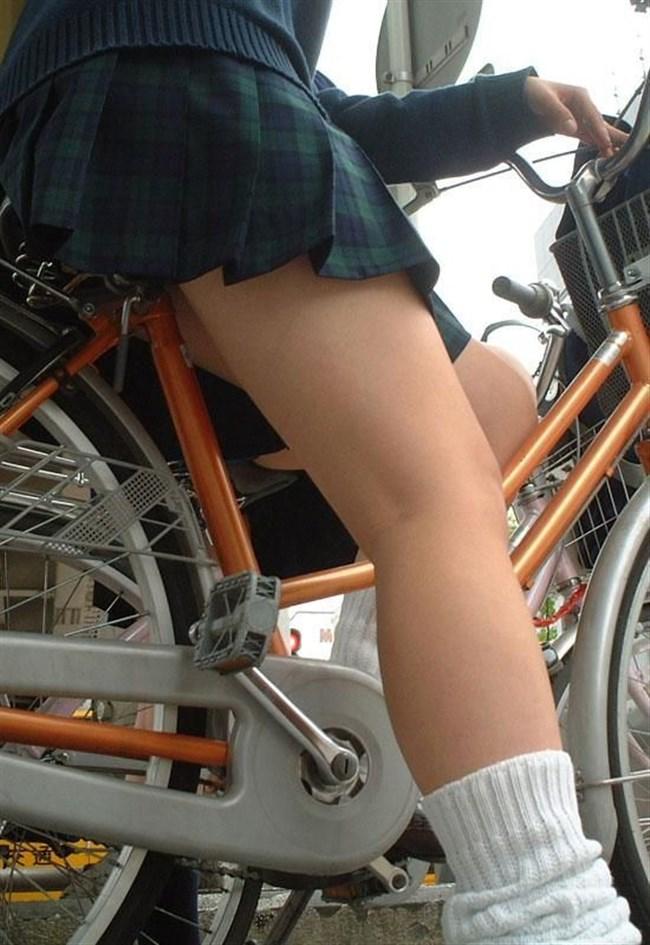 自転車にまたがることで太ももが更に露出してるJKの姿がハレンチ過ぎwwww0007shikogin