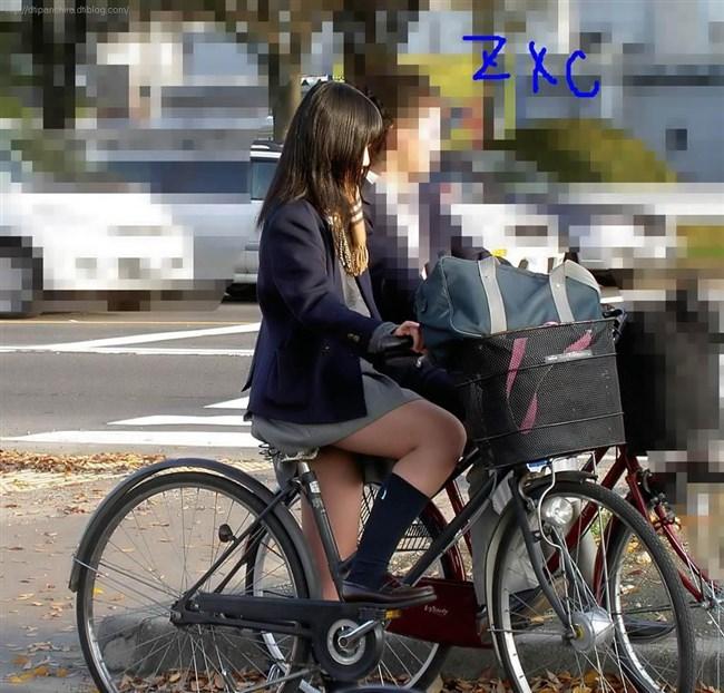 自転車にまたがることで太ももが更に露出してるJKの姿がハレンチ過ぎwwww0009shikogin