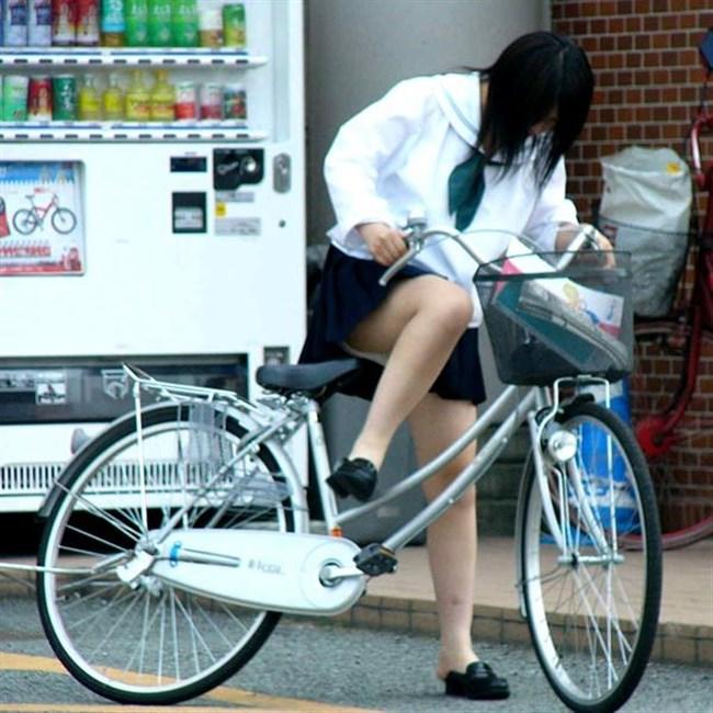 自転車にまたがることで太ももが更に露出してるJKの姿がハレンチ過ぎwwww0011shikogin