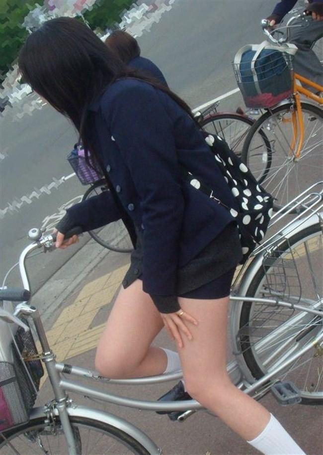 自転車にまたがることで太ももが更に露出してるJKの姿がハレンチ過ぎwwww0016shikogin