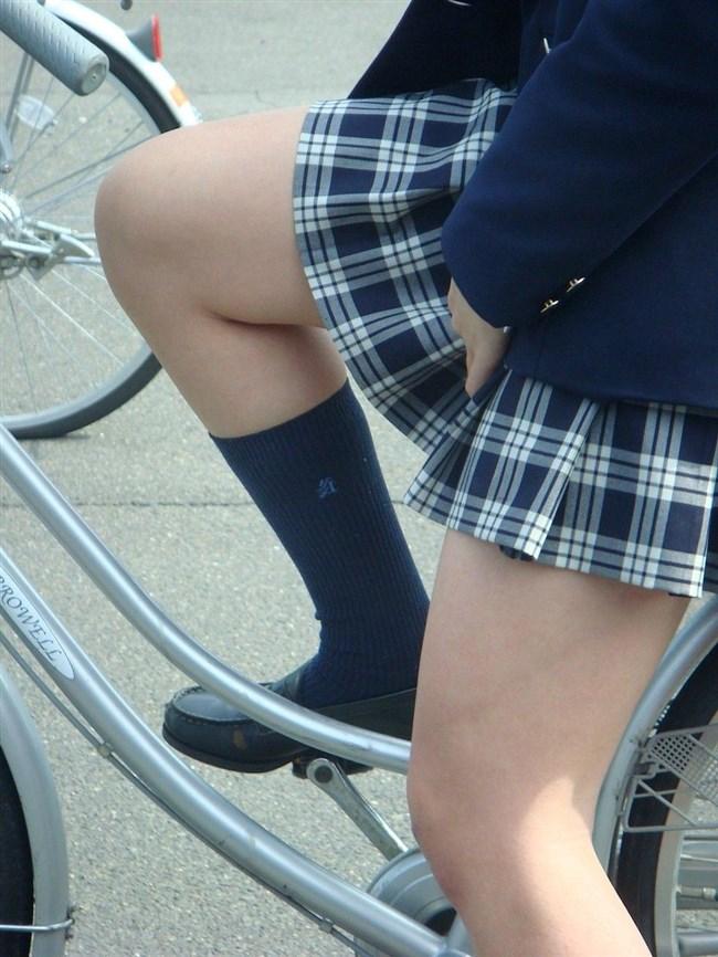 自転車にまたがることで太ももが更に露出してるJKの姿がハレンチ過ぎwwww0017shikogin