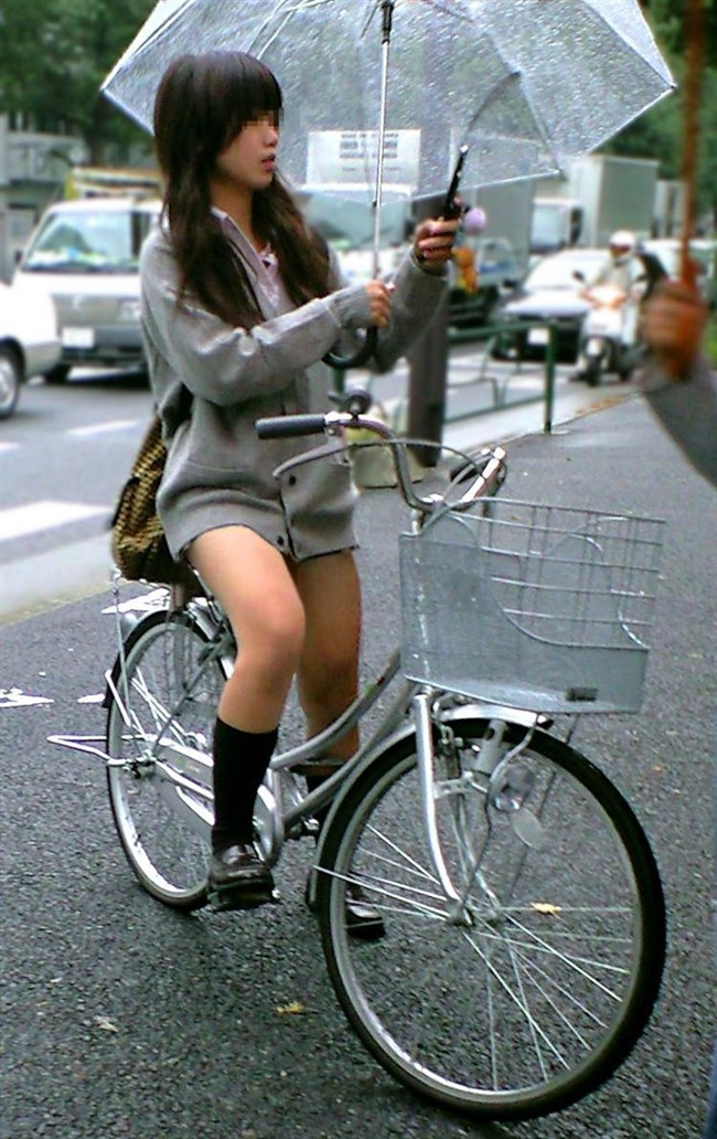 自転車にまたがることで太ももが更に露出してるJKの姿がハレンチ過ぎwwww0019shikogin