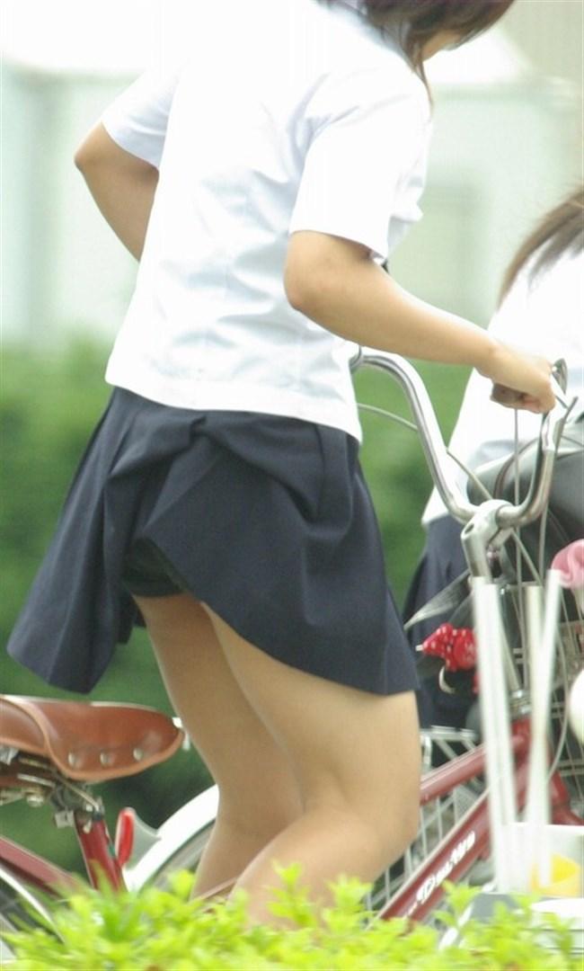 自転車にまたがることで太ももが更に露出してるJKの姿がハレンチ過ぎwwww0020shikogin