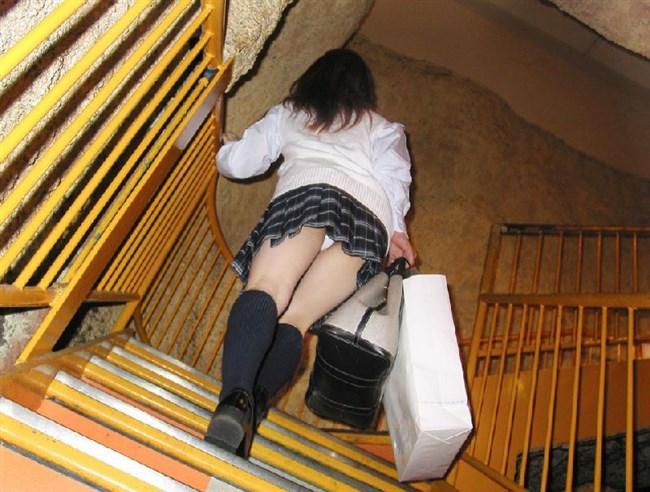 ミニスカのお尻を抑えながら階段を昇るJKがえちえち過ぎwww0004shikogin