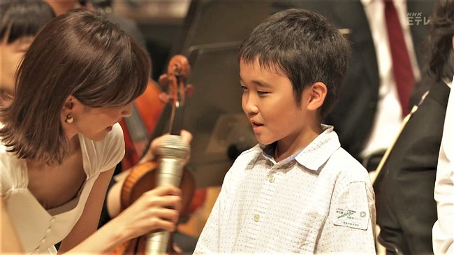 加藤綾子~NHKクラシック音楽館N響ほっとコンサートにて前屈みの谷間チラとブラチラ!0003shikogin