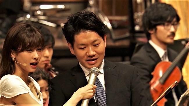 加藤綾子~NHKクラシック音楽館N響ほっとコンサートにて前屈みの谷間チラとブラチラ!0005shikogin