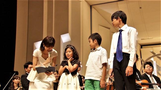 加藤綾子~NHKクラシック音楽館N響ほっとコンサートにて前屈みの谷間チラとブラチラ!0008shikogin