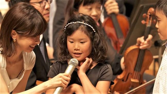 加藤綾子~NHKクラシック音楽館N響ほっとコンサートにて前屈みの谷間チラとブラチラ!0009shikogin