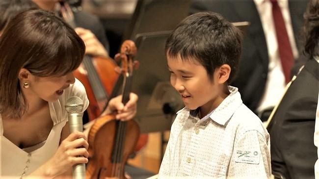 加藤綾子~NHKクラシック音楽館N響ほっとコンサートにて前屈みの谷間チラとブラチラ!0010shikogin