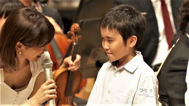 加藤綾子~NHKクラシック音楽館N響ほっとコンサートにて前屈みの谷間チラとブラチラ!0011shikogin