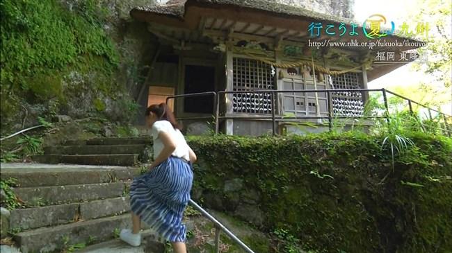 庭木櫻子~NHK福岡の美人アナがロケで前屈みでしゃがんで大胆な胸の谷間チラ!0005shikogin