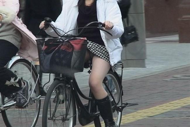 無防備過ぎるミニスカ女子の自転車乗る姿に釘付けwwww0002shikogin