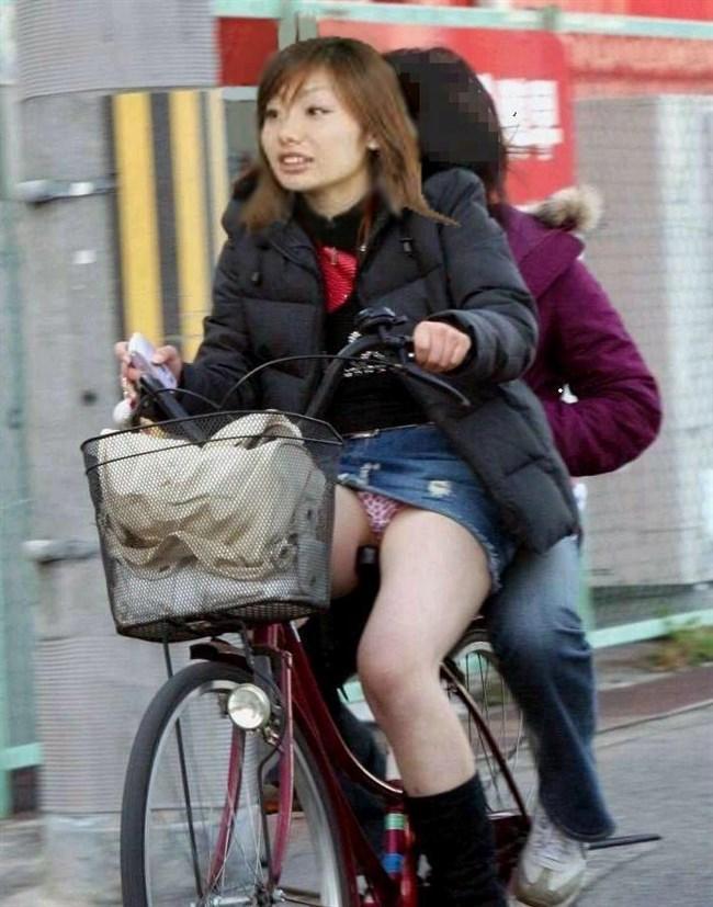 無防備過ぎるミニスカ女子の自転車乗る姿に釘付けwwww0010shikogin