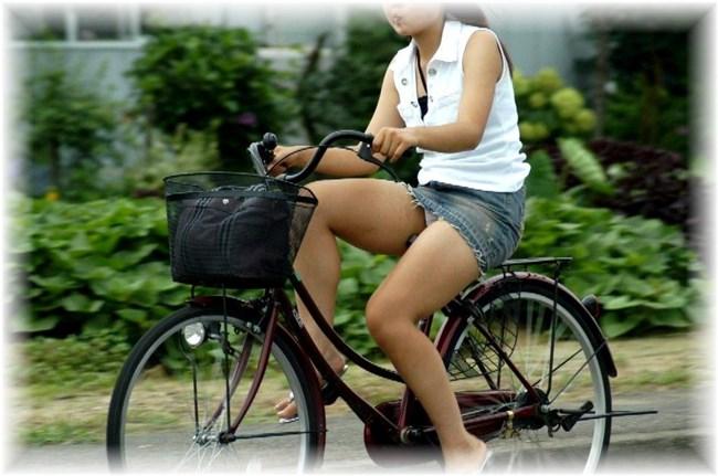 無防備過ぎるミニスカ女子の自転車乗る姿に釘付けwwww0013shikogin