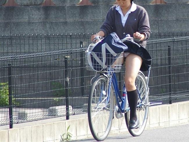 無防備過ぎるミニスカ女子の自転車乗る姿に釘付けwwww0023shikogin